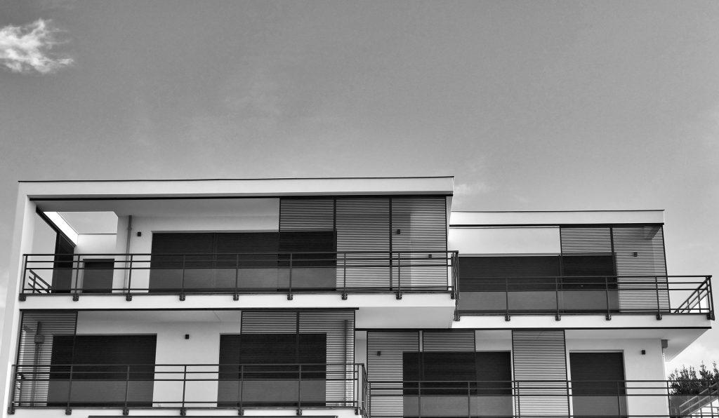 Können Photovoltaikanlagen auch auf Flachdächern montiert werden?